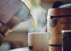 Polití horkou kávou jako pracovní úraz. Jak ho řešit?